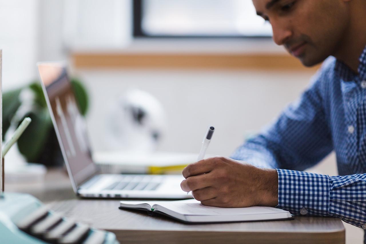 hombre, escribiendo, computadora portátil
