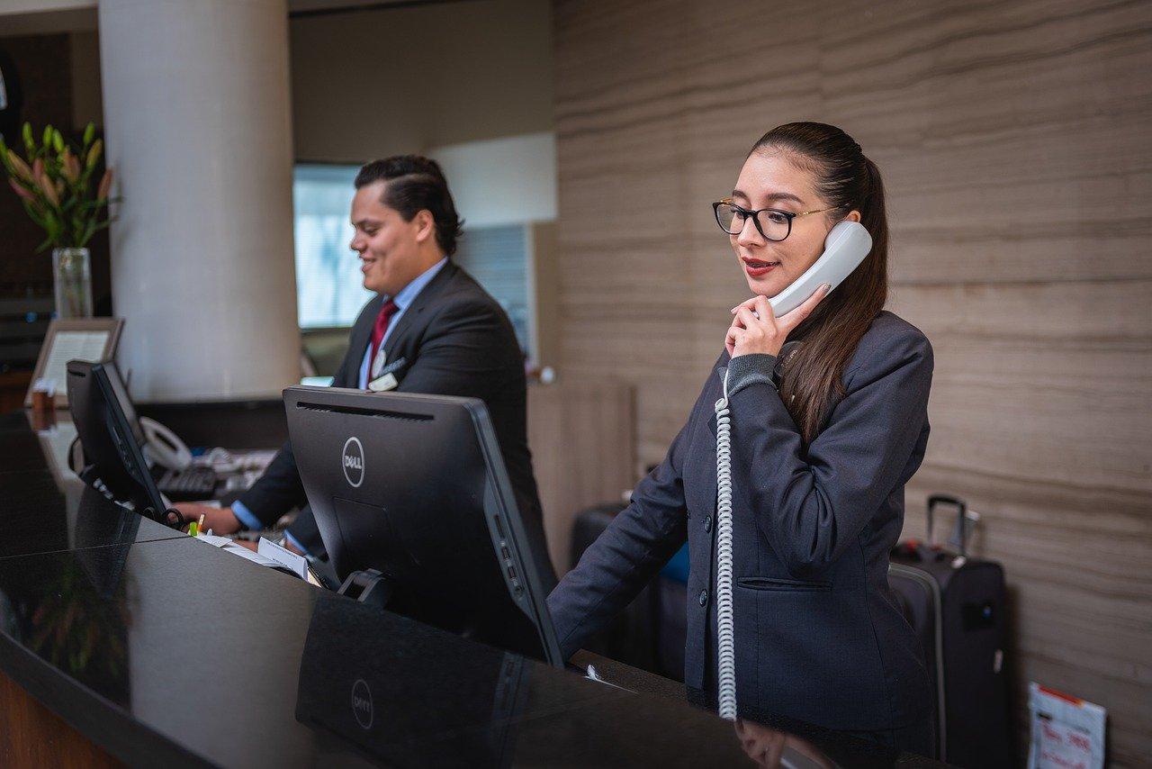 recepcionistas, llamada de teléfono, hotel