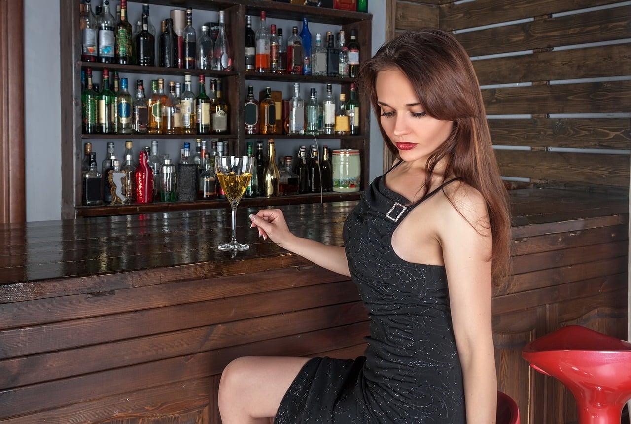 mujer, bar, vino