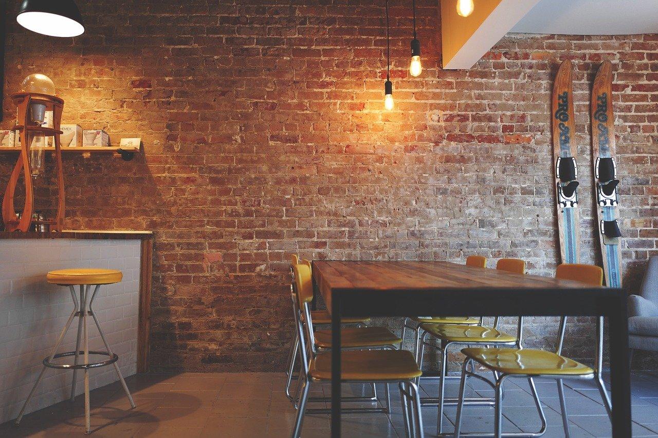 pared de ladrillo, sillas, muebles