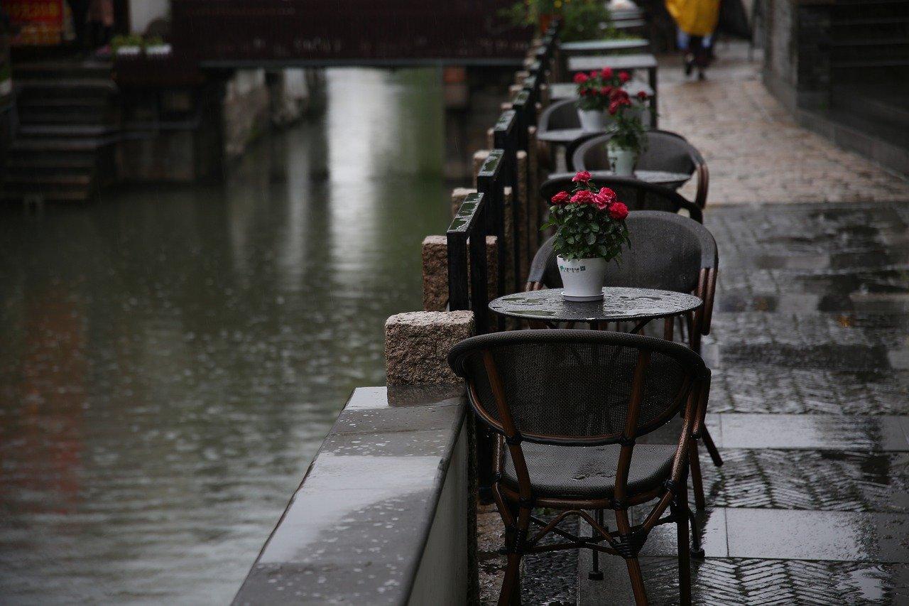 lluvia, calle, mesas