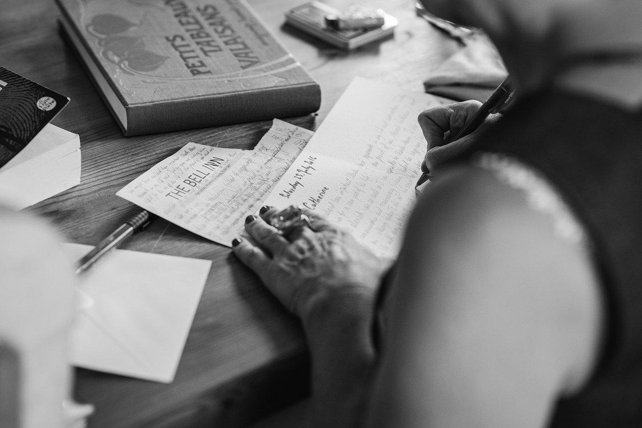 manos de la escritura, invitación, tipografía