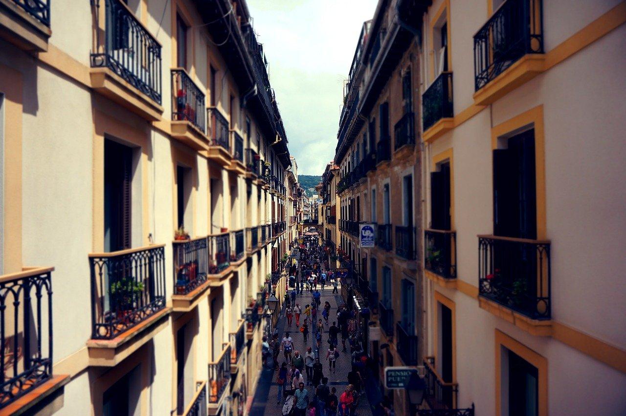 callejón, turistas, balcones