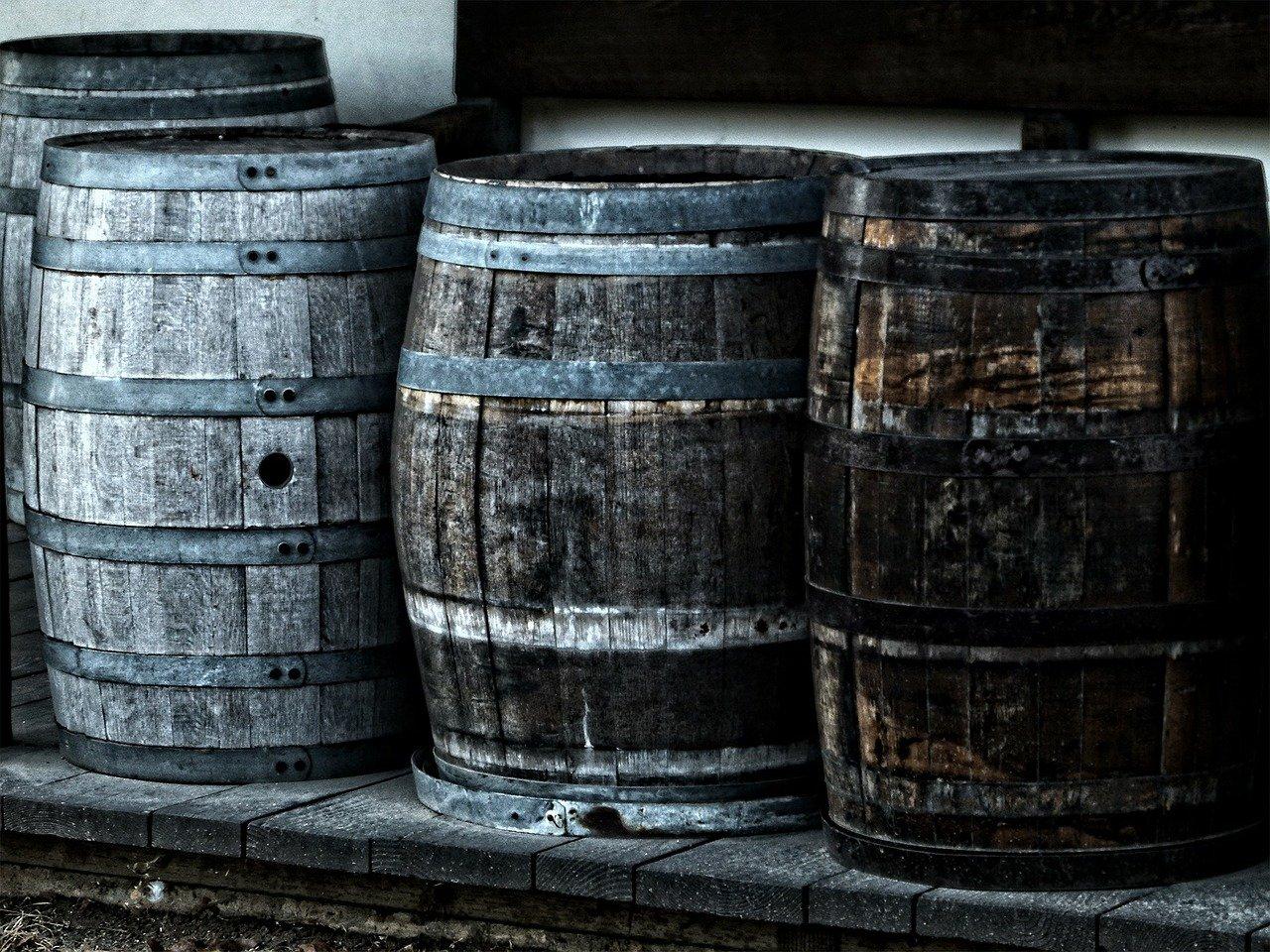 barriles, barricas, contenedores de vino