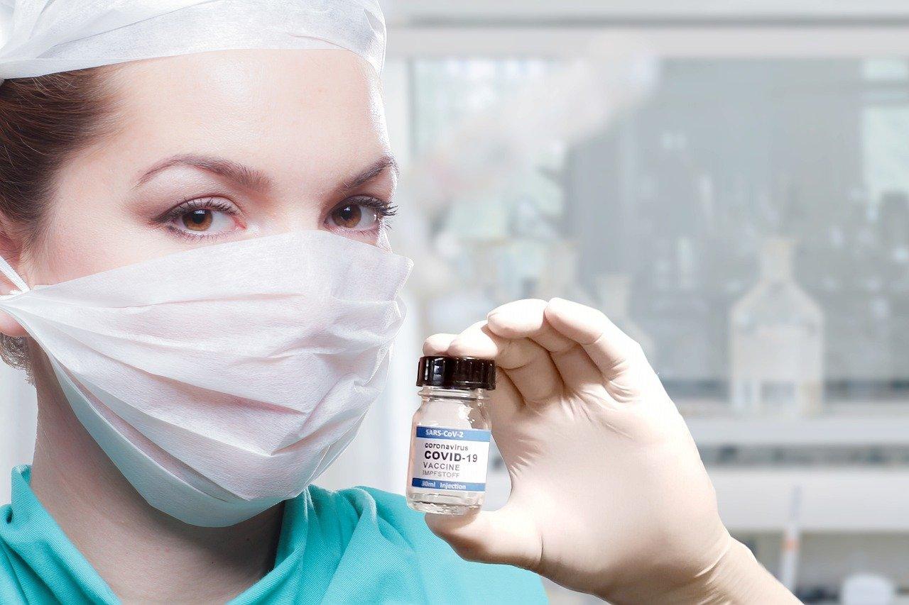 mujer, médico, vacuna
