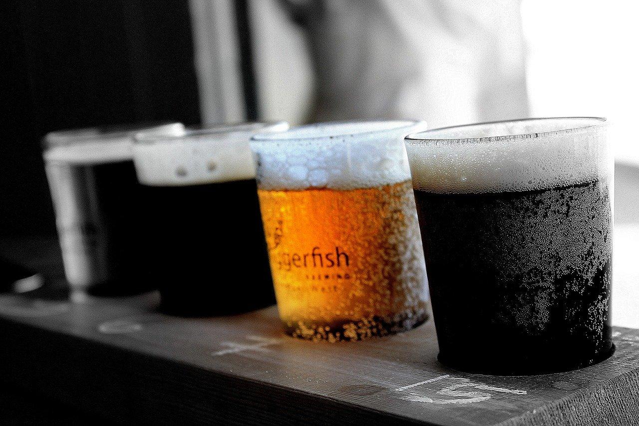 cervezas, vasos de cerveza, beber